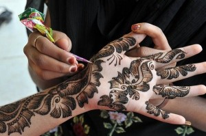 apply-mehndi-with-cone